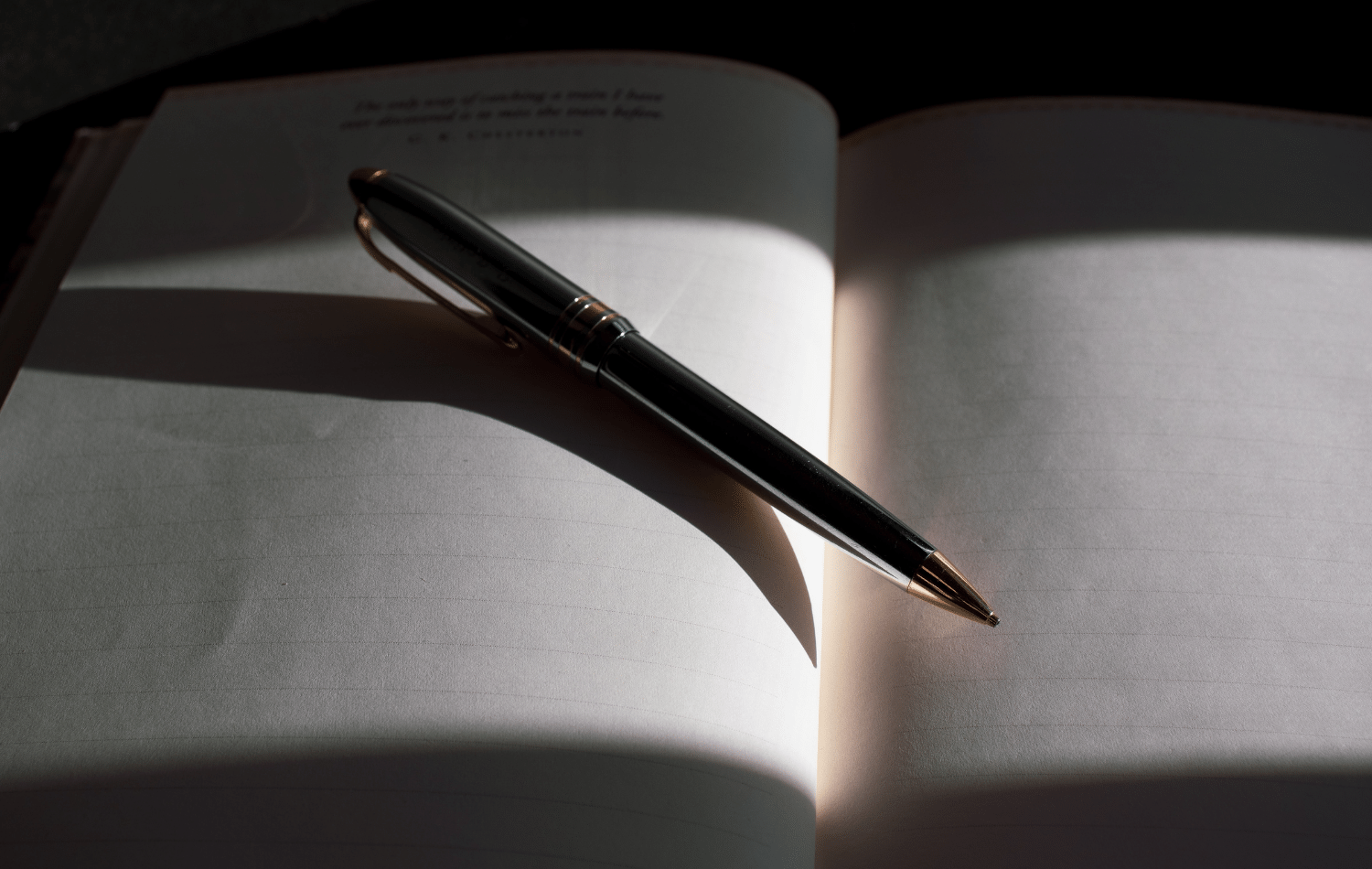 Brand storytelling - Shows a pen and notebook